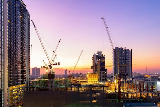 El sitio de construcción ocupado opera al comienzo de la construcción de un nuevo proyecto de infraestructura complejo.