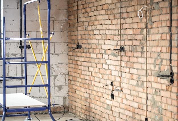 En el sitio de construcción, trabajos de reparación. concepto de renovación de casa y casa.