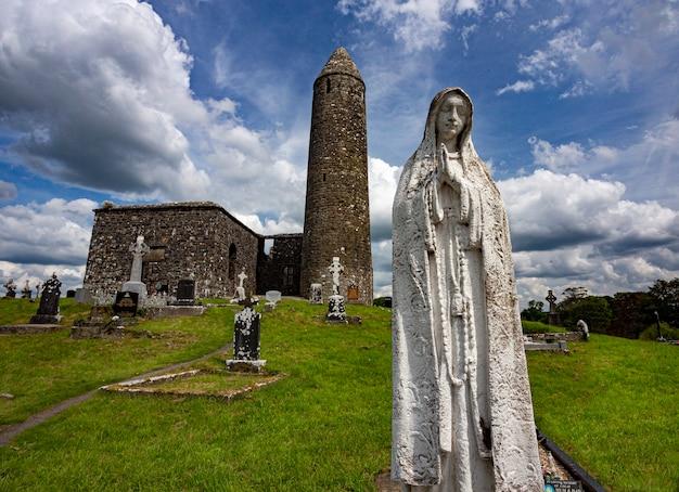 Sitio monástico de glendalough, derrybawn en el condado de mayo, república de irlanda