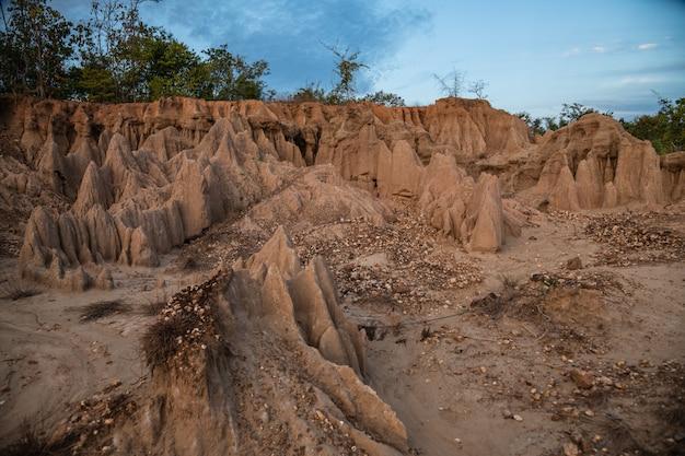 El sitio de sao din muestra una intrigante de pilares de suelo erosionado en nan, tailandia