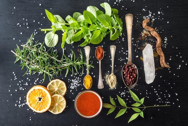 Situación con especias e ingredientes. vista superior aplanada