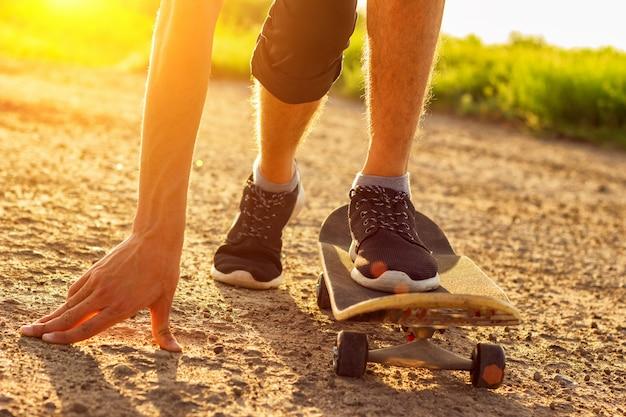 Skateboarding en la carretera al atardecer, entretenimiento de verano