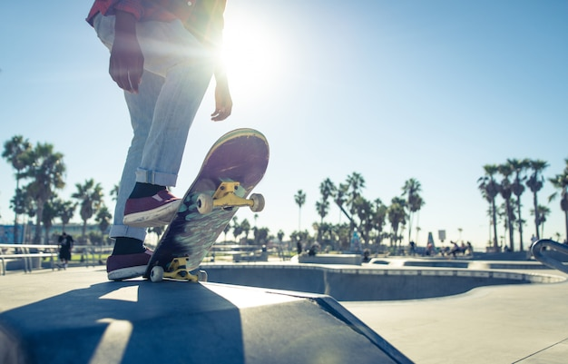 Skater boy listo para realizar trucos en el skate park