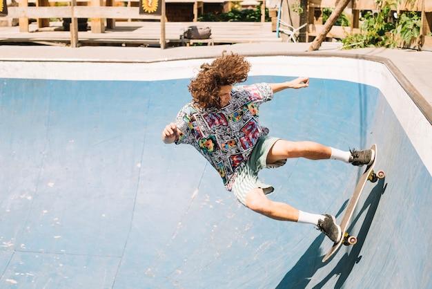 Skater riding inseguro en rampa