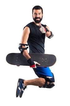 Skater saltando con el pulgar hacia arriba
