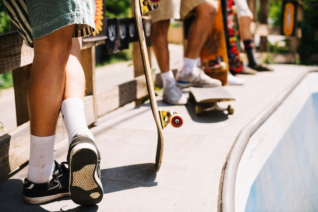 Skateres que se preparan en la rampa