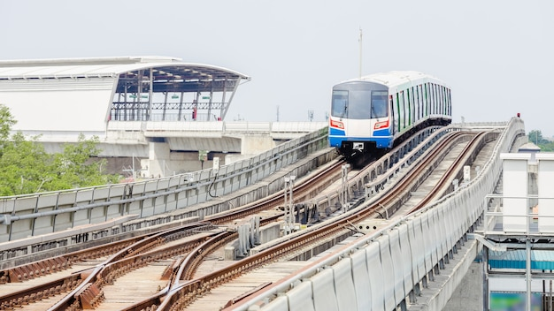 Sky tren en bangkok corriendo en un riel de acero a la estación