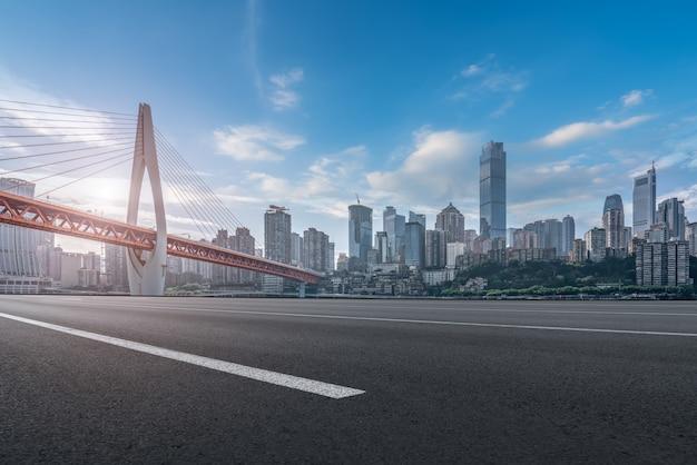 Skyline de caminos urbanos y edificios urbanos