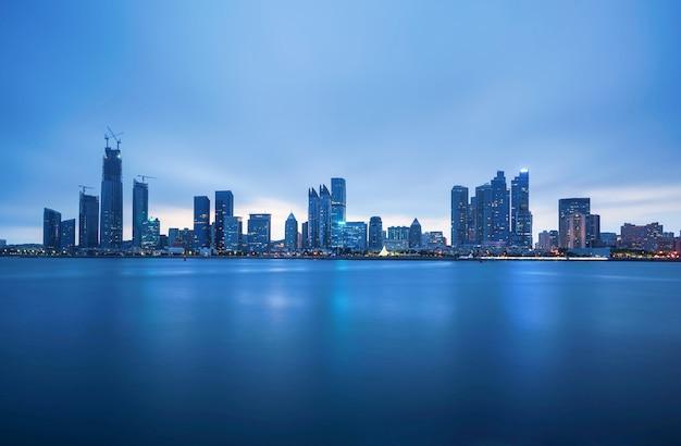 Skyline de la ciudad en la bahía