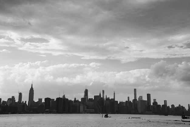 Skyline de la ciudad de nueva york en día nublado