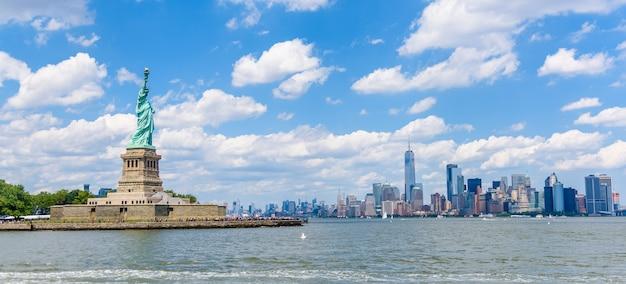 Skyline de nueva york y monumento nacional de la estatua de la libertad