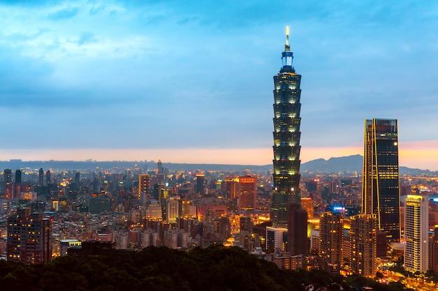 Skyline of taipei cityscape taipei 101 edificio de la ciudad financiera de taipei, taiwán