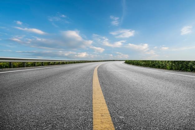 Skyline de pavimento de asfalto y cielo azul y nube blanca