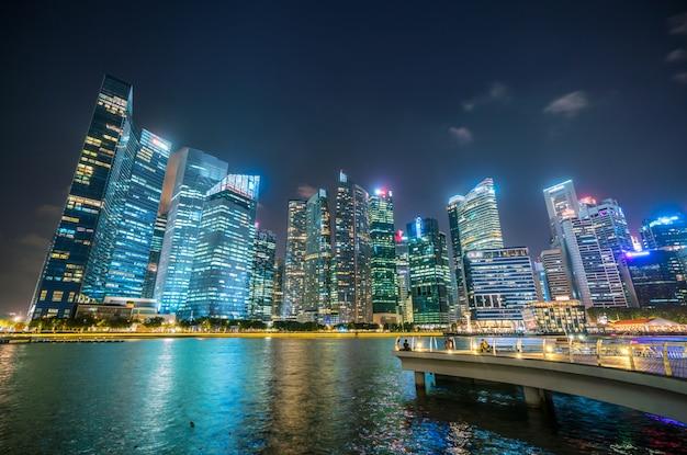 Skyline de singapur en la noche de marina bay