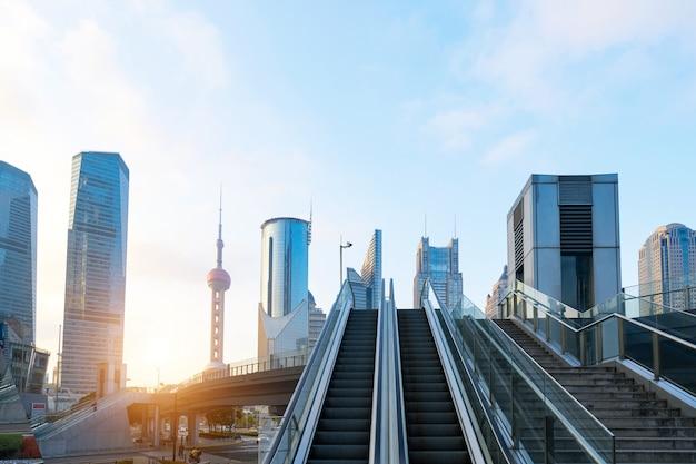 Skywalk escaleras mecánicas y rascacielos en lujiazui, shanghai, china