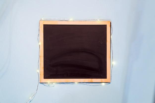 Slate el menú de la plantilla del tablero de tiza en el fondo del papel azul, endecha plana con el espacio de la copia