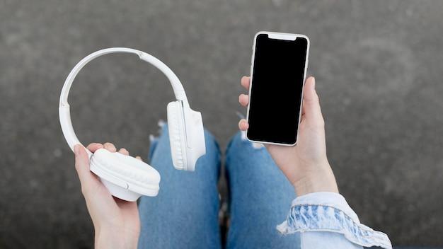 Smartphone con unos auriculares