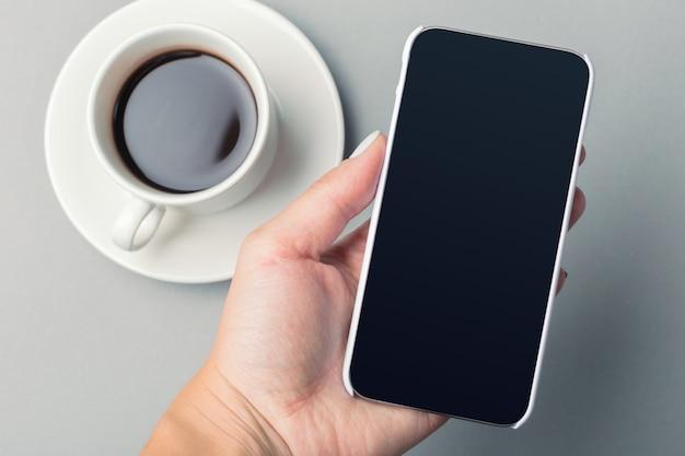 Smartphone y café en la mesa