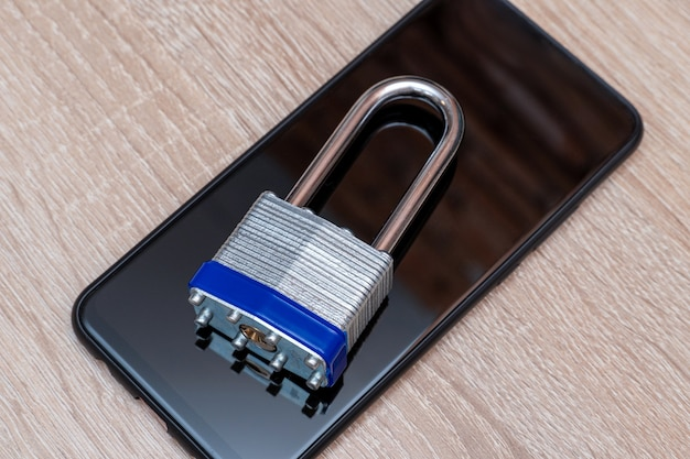 Smartphone con candado de metal de cerca