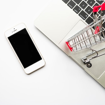 Smartphone con carrito de supermercado pequeño