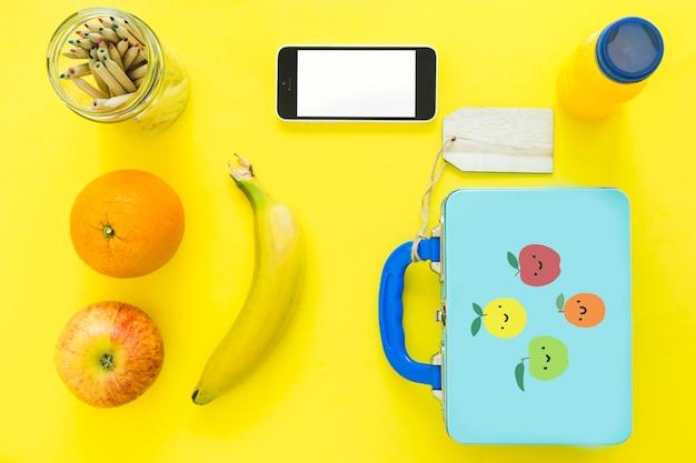 Smartphone cerca de alimentos saludables y lápices