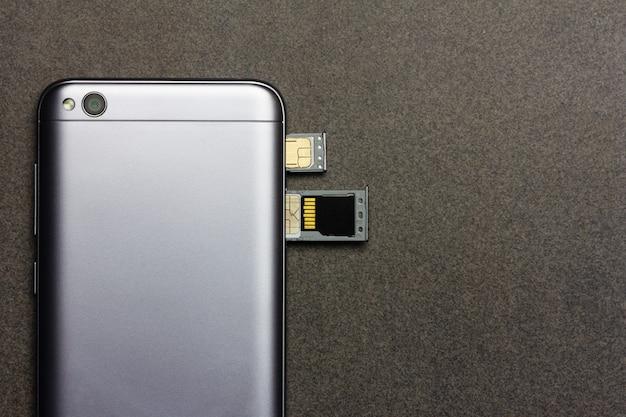Smartphone chino con ranuras abiertas para tarjetas nano sim, micro sd