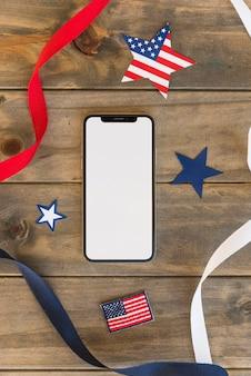 Smartphone con decoraciones para el día de la independencia.