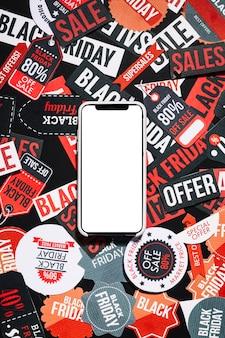 Smartphone en coloridas etiquetas de viernes negro