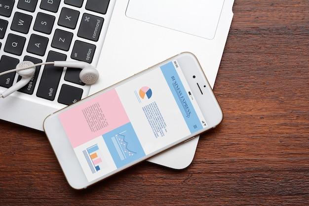 Smartphone con estadísticas sobre el crecimiento de la empresa.