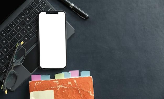 Smartphone iphone 12 pro max y mostrar pantalla blanca.