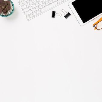Smartphone y material de oficina en el fondo blanco
