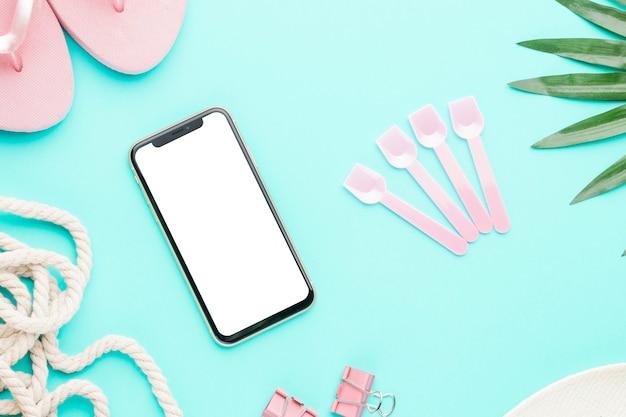 Smartphone con objetos marinos sobre fondo claro