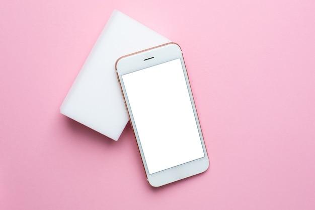 Smartphone con pantalla blanca en rosa