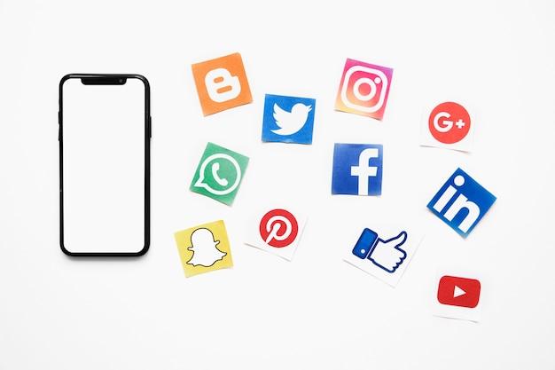Smartphone con pantalla en blanco en blanco además de iconos de redes sociales vivos