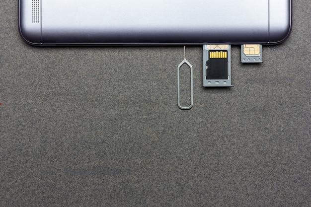 Smartphone con ranuras abiertas con tarjetas sim y memoria micro sd