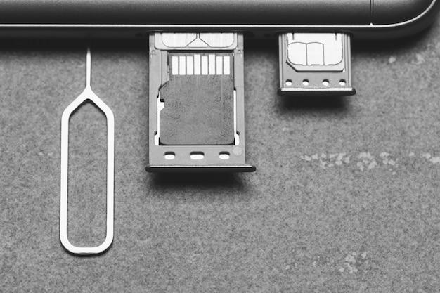 Smartphone con ranuras sim abiertas y memoria micro sd