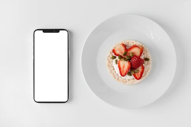 Smartphone y snack saludable delicioso