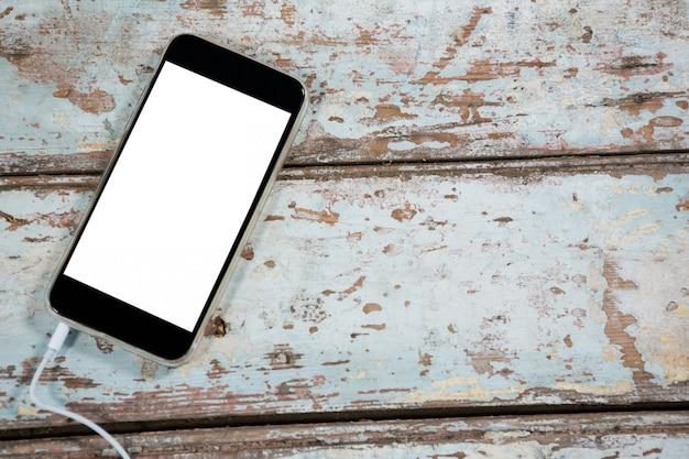 Smartphone en tablón de madera