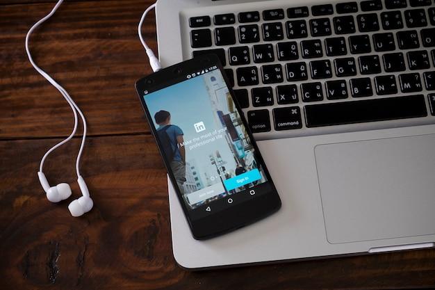 Smartphone en el teclado del ordenador portátil