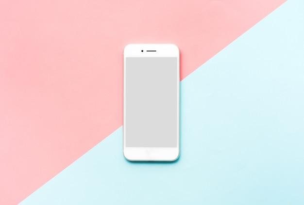 Smartphone, teléfono móvil blanco sobre fondo de colores.