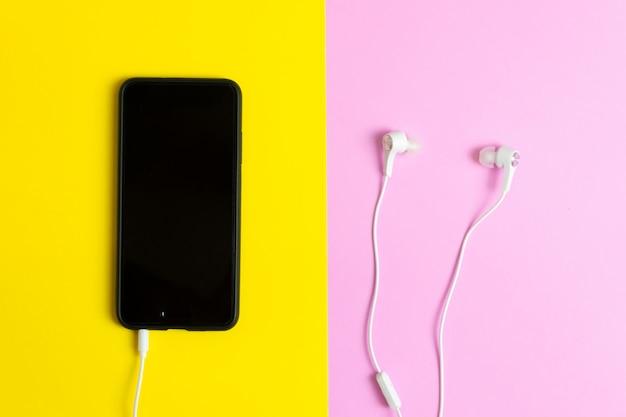 Smartphones y auriculares. escuchar música vintage.