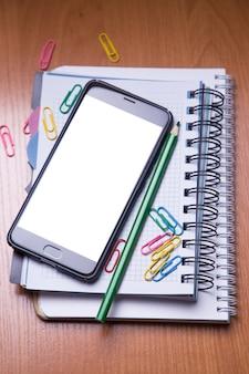Smartphote en el cuaderno en la oficina