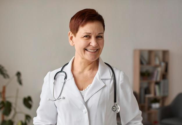Smiley anciano centro de recuperación de covid doctora
