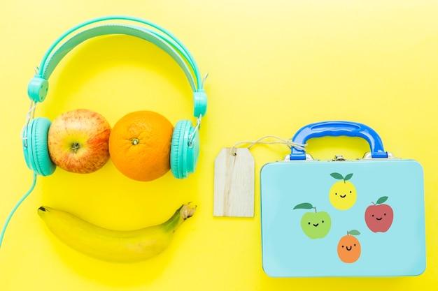 Smiley de frutas cerca de la lonchera