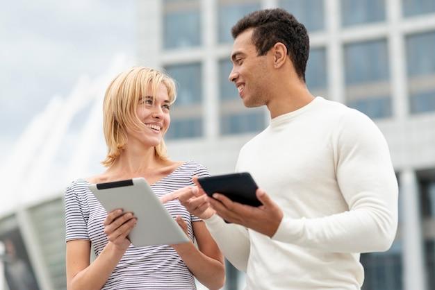 Smiley hombre y mujer mirándose