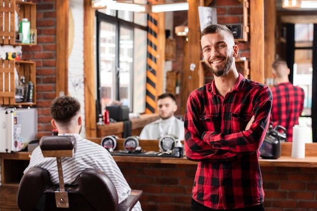Smiley joven peluquero con camisa