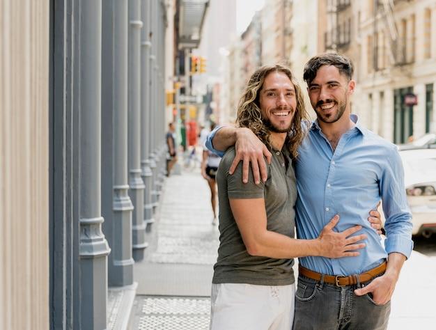 Smiley jóvenes amigos abrazando al aire libre
