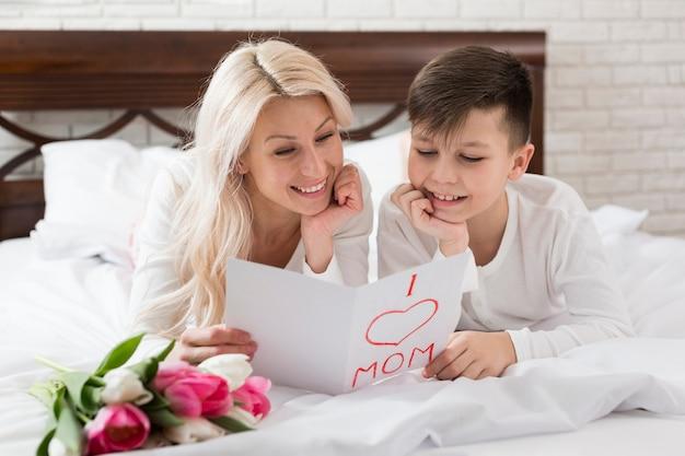 Smiley madre e hijo en la cama