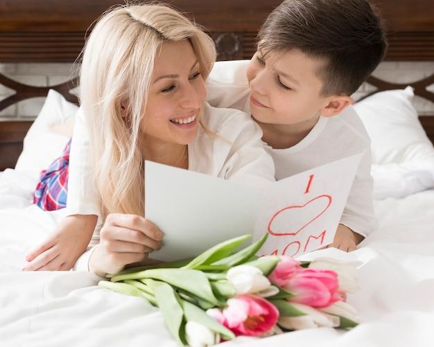 Smiley madre e hijo mirándose