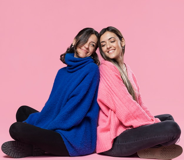 Smiley mamá e hija espalda con espalda